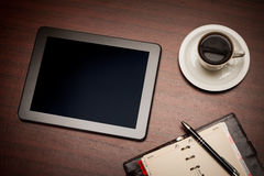 Κενή ταμπλέτα και ένα φλιτζάνι του καφέ στην αρχή Στοκ εικόνες με δικαίωμα ελεύθερης χρήσης