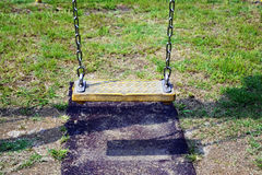 Κενή ταλάντευση αλυσίδων στην παιδική χαρά παιδιών Στοκ φωτογραφία με δικαίωμα ελεύθερης χρήσης