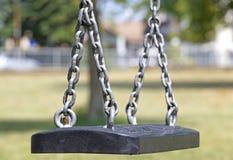 Κενή ταλάντευση αλυσίδων στην παιδική χαρά στο πάρκο Στοκ εικόνα με δικαίωμα ελεύθερης χρήσης
