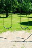 Κενή ταλάντευση δύο στο πάρκο Στοκ φωτογραφία με δικαίωμα ελεύθερης χρήσης