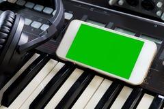 Κενή τηλεφωνική οθόνη στο στούντιο μουσικής για την εφαρμογή μουσικής Στοκ Εικόνες