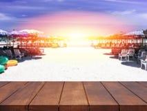Κενή τοπ ξύλινη θολωμένη πίνακας θάλασσα του υποβάθρου ηλιοβασιλέματος Στοκ φωτογραφία με δικαίωμα ελεύθερης χρήσης