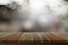 Κενή τοπ ξύλινη σύσταση χρώματος επιτραπέζιων ξύλινη πατωμάτων καφετιά με την άσπρη σπασμένη άποψη πέρα από το υπόβαθρο στοκ φωτογραφία με δικαίωμα ελεύθερης χρήσης