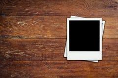 Κενή φωτογραφία πλαισίων στο ξύλινο υπόβαθρο Στοκ φωτογραφία με δικαίωμα ελεύθερης χρήσης