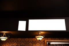 Κενή χλεύη αγγελιών επάνω στο πλαίσιο στο θολωμένο υπόβαθρο του φραγμού - κενό διάστημα για τη διαφήμιση στοκ φωτογραφία με δικαίωμα ελεύθερης χρήσης