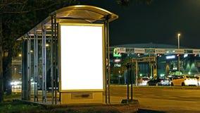Κενή χλεύη αφισών στο σταθμό buss απόθεμα βίντεο