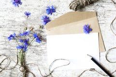 Κενοί άσπροι ευχετήρια κάρτα και φάκελος με τα cornflowers Στοκ φωτογραφία με δικαίωμα ελεύθερης χρήσης