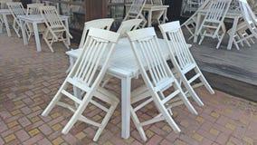 Κενοί άσπροι πίνακας και καρέκλες σε έναν θερινό καφέ ελληνικό εσωτερικό καλοκαίρι ύφους εστιατορίων λεπτομερειών παραδοσιακό στοκ εικόνες