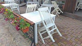 Κενοί άσπροι πίνακας και καρέκλες σε έναν θερινό καφέ ελληνικό εσωτερικό καλοκαίρι ύφους εστιατορίων λεπτομερειών παραδοσιακό στοκ εικόνα