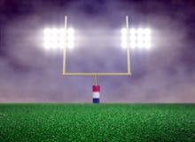 Κενοί αγωνιστικός χώρος ποδοσφαίρου και επίκεντρο με τον καπνό Στοκ φωτογραφία με δικαίωμα ελεύθερης χρήσης