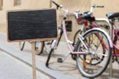 Κενοί ετικέτα πινάκων και σταθμός πόλεων ποδηλάτων στοκ φωτογραφίες με δικαίωμα ελεύθερης χρήσης
