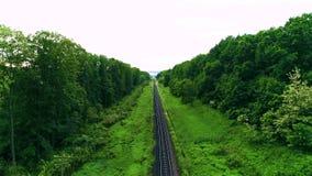 Κενοί ευθείς σιδηρόδρομοι ενιαίος-τρόπων στη θερινή ηλιόλουστη ημέρα ατελείωτος σιδηρόδρομος χωρίς τραίνο Κηφήνας πυροβολισμού φιλμ μικρού μήκους