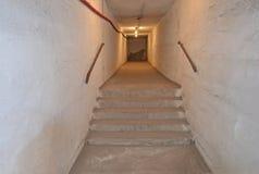 Κενοί, θλιβεροί διάδρομοι σε ένα παλαιό, σοβιετικό καταφύγιο βομβών στοκ φωτογραφία