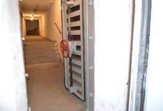 Κενοί, θλιβεροί διάδρομοι σε ένα παλαιό, σοβιετικό καταφύγιο βομβών στοκ εικόνα με δικαίωμα ελεύθερης χρήσης