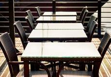 Κενοί καρέκλες και πίνακες σε μια σειρά στον καφέ οδών Στοκ φωτογραφία με δικαίωμα ελεύθερης χρήσης