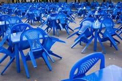 κενοί μπλε πλαστικοί καρέκλες και πίνακες έξω, που προετοιμάζονται για τις διακοπές, κανένας άνθρωπος στοκ φωτογραφία με δικαίωμα ελεύθερης χρήσης