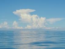 Κενοί μπλε ωκεανός και μπλε ουρανός στοκ εικόνα