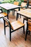 κενοί ξύλινοι πίνακας και καρέκλα στο υπαίθριο εστιατόριο Στοκ Εικόνα