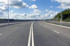 Κενοί οδός και μπλε ουρανός Στοκ εικόνα με δικαίωμα ελεύθερης χρήσης
