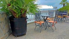 Κενοί πίνακας και καρέκλες σε έναν θερινό καφέ ελληνικό εσωτερικό καλοκαίρι ύφους εστιατορίων λεπτομερειών παραδοσιακό στοκ εικόνα