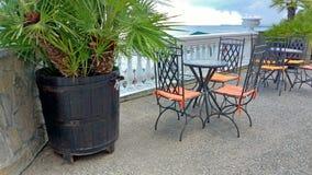 Κενοί πίνακας και καρέκλες σε έναν θερινό καφέ ελληνικό εσωτερικό καλοκαίρι ύφους εστιατορίων λεπτομερειών παραδοσιακό στοκ φωτογραφία με δικαίωμα ελεύθερης χρήσης