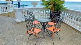 Κενοί πίνακας και καρέκλες σε έναν θερινό καφέ ελληνικό εσωτερικό καλοκαίρι ύφους εστιατορίων λεπτομερειών παραδοσιακό στοκ φωτογραφίες με δικαίωμα ελεύθερης χρήσης