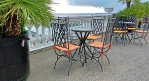 Κενοί πίνακας και καρέκλες σε έναν θερινό καφέ ελληνικό εσωτερικό καλοκαίρι ύφους εστιατορίων λεπτομερειών παραδοσιακό στοκ εικόνες με δικαίωμα ελεύθερης χρήσης