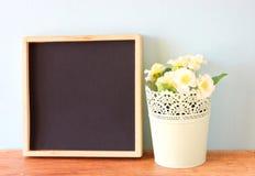 Κενοί πίνακας και flowerpot πέρα από το ξύλινο ράφι Στοκ Φωτογραφία