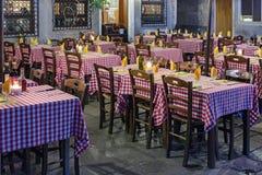 Κενοί πίνακες σε ένα υπαίθριο εστιατόριο Στοκ εικόνα με δικαίωμα ελεύθερης χρήσης