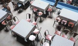 Κενοί πίνακες στον καφέ οδών τονισμένη εστιατόρια φωτογραφία bistro φραγμών - εικόνα στοκ εικόνες