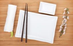 Κενοί πιάτα, chopsticks και κλάδος sakura Στοκ εικόνες με δικαίωμα ελεύθερης χρήσης
