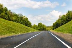Κενοί δρόμος, δάσος και ουρανός Στοκ Φωτογραφίες