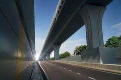 Κενοί δρόμος ασφάλτου εθνικών οδών θαμπάδων κινήσεων και overpass Στοκ εικόνες με δικαίωμα ελεύθερης χρήσης