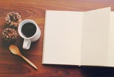 Κενοί σημειωματάριο και καφές στοκ εικόνες