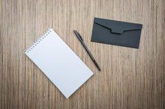 Κενοί σημειωματάριο, φάκελος και μάνδρα στο ξύλινο υπόβαθρο, πρότυπο στοκ φωτογραφία