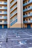 Κενοί χώρος στάθμευσης και κτήριο διαμερισμάτων Στοκ Φωτογραφίες