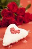 Κεντημένα καρδιά και τριαντάφυλλα Στοκ εικόνες με δικαίωμα ελεύθερης χρήσης