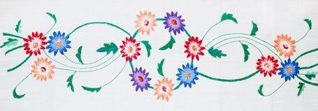 Κεντημένα λουλούδια σε ένα άσπρο υπόβαθρο, χειροποίητο Στοκ Εικόνα