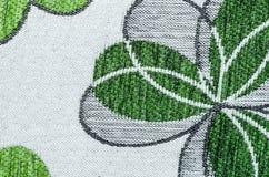 Κεντητική του πράσινου φύλλου στο μπεζ ύφασμα λινού Στοκ φωτογραφίες με δικαίωμα ελεύθερης χρήσης