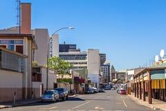 Κεντρική άποψη πόλεων του Windhoek στο κέντρο της πόλης με το οδικό σύνολο των αυτοκινήτων, Windhoek, Ναμίμπια στοκ εικόνες με δικαίωμα ελεύθερης χρήσης