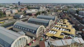 Κεντρική αγορά στα ιστορικά σπίτια διαβίωσης κωμοπόλεων της Ευρώπης πόλεων της Ρήγας και οικοδόμηση με την πτήση κηφήνων κυκλοφορ φιλμ μικρού μήκους