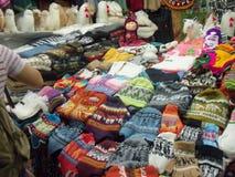 Κεντρική αγορά του SAN Pedro, Cusco, πλήρεις ζωηρόχρωμου, που υφαίνονται, και όμορφες λεπτομέρειες στοκ εικόνες