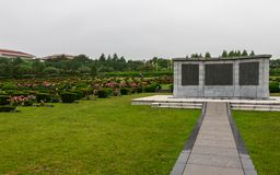 Κεντρική αναμνηστική πινακίδα με τους τάφους μέσα στο αναμνηστικό νεκροταφείο ΟΗΕ Ηνωμένων Εθνών του Πολέμου της Κορέας στη Σεούλ στοκ εικόνες με δικαίωμα ελεύθερης χρήσης
