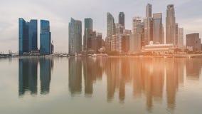 Κεντρική επιχείρηση πόλεων της Σιγκαπούρης κεντρικός με την ελαφριά επίδραση αντανάκλασης νερού Στοκ Εικόνες
