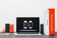 Κεντρική ιδέα της Apple με το ΓΟΥΡΓΟΥΡΙΣΜΑ Jeff Ουίλιαμς και τη σειρά 3 υγεία α ρολογιών Στοκ Εικόνες