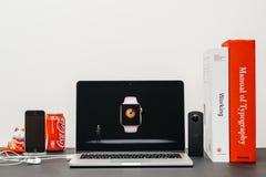 Κεντρική ιδέα της Apple με το ΓΟΥΡΓΟΥΡΙΣΜΑ Jeff Ουίλιαμς και τη σειρά 3 ρολογιών Στοκ Εικόνες