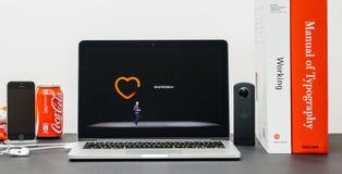 Κεντρική ιδέα της Apple με το ΓΟΥΡΓΟΥΡΙΣΜΑ Jeff Ουίλιαμς και τη σειρά 3 ρολογιών ενδοκολπικό φ Στοκ Φωτογραφίες