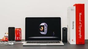 Κεντρική ιδέα της Apple με το ΓΟΥΡΓΟΥΡΙΣΜΑ Jeff Ουίλιαμς και τη σειρά 3 ρολογιών workout Στοκ εικόνες με δικαίωμα ελεύθερης χρήσης