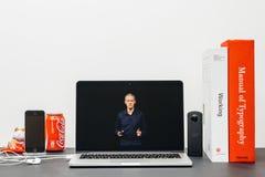 Κεντρική ιδέα της Apple με το ΓΟΥΡΓΟΥΡΙΣΜΑ Jeff Ουίλιαμς και τη σειρά 3 ρολογιών Στοκ εικόνα με δικαίωμα ελεύθερης χρήσης
