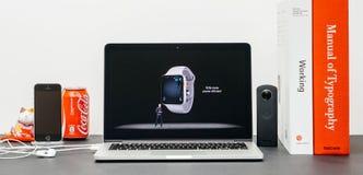 Κεντρική ιδέα της Apple με το ΓΟΥΡΓΟΥΡΙΣΜΑ Jeff Ουίλιαμς και τη σειρά 3 δύναμη ΕΚ ρολογιών Στοκ φωτογραφία με δικαίωμα ελεύθερης χρήσης